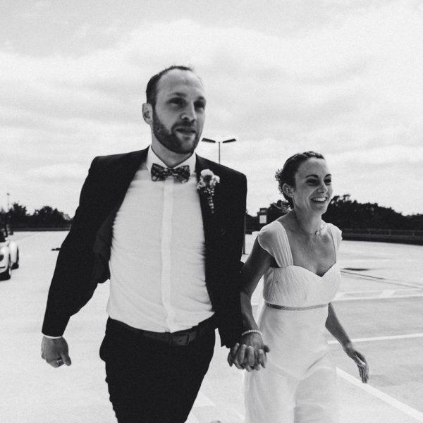 Hochzeitspaar läuft Hand in Hand auf dem Parkdeck vom IKEA Hannover