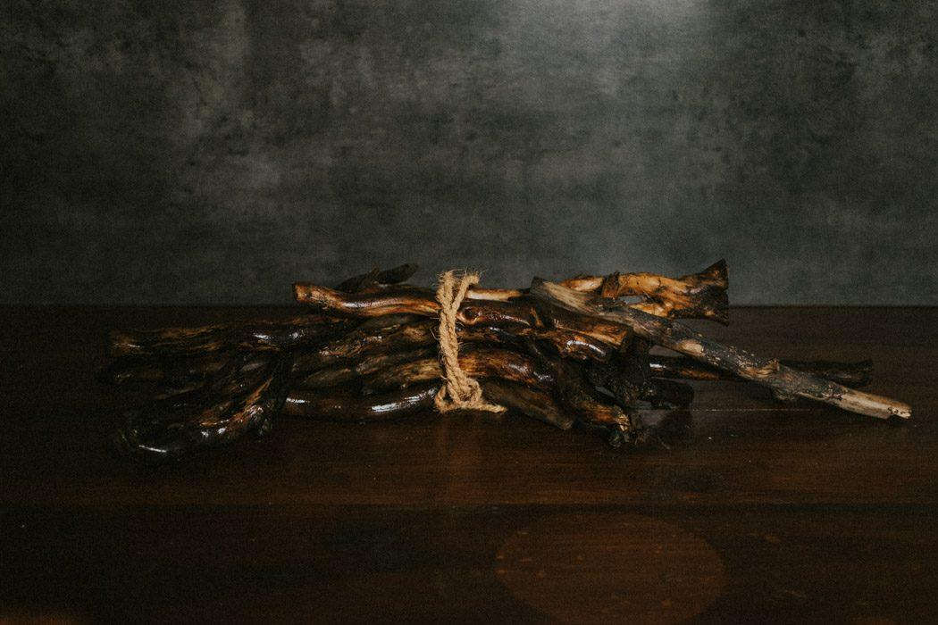 gewaschenes Holz auf einem Tisch